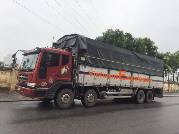 Anh em cẩu chở hàng đi Lâm Đồng ngày mưa